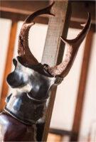 「赤い双刀のケルブス」 90×35×厚25cm+台座 黒御影石、ブロンズ、漆、顔料、木(台)