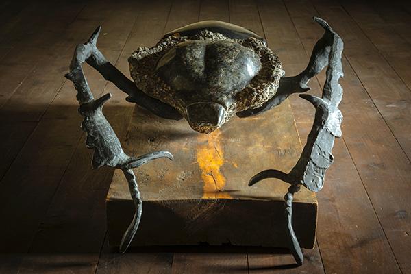 『ヤンバルテナガコガネ』 黒御影石、グリーンパール御影石、ブロンズ、大理石象嵌 本体58×103×h27.5cm、台座38×103×h9cm