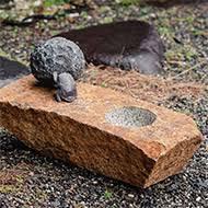 「スカラベの手水鉢」 42×22.5×H18cm ブロンズ 黒御影石、 鶴瀬石(甲州鞍馬)