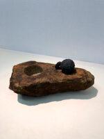 「スカラベの手水鉢」 53×23×h28cm ブロンズ、黒御影石、 鶴瀬石(甲州鞍馬)