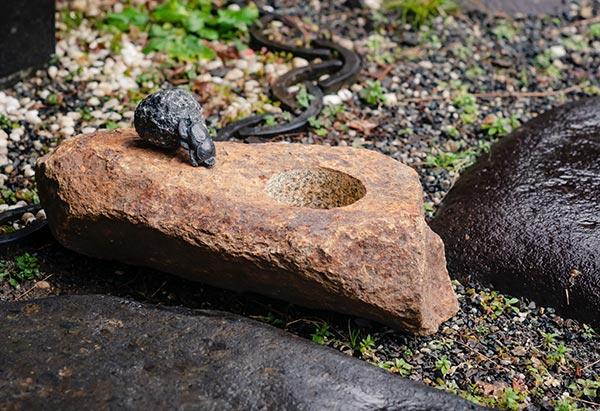 「スカラベの手水鉢」 42×22.5×高さ18cm ブロンズ、黒御影石、鶴瀬石(甲州鞍馬)