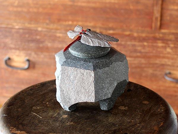 「マユタテアカネの石製香炉」 11×11.5×高さ12.5cm 銀、ブロンズに色漆、本小松石(真鶴産)